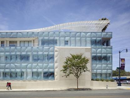 La nuova facciata in vetro sagomato del Gores Group HQ in California di Belzberg Architects