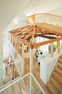L'asilo per bambini a Okazaki di MAD in legno e tegole di asfalto
