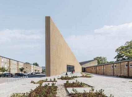 La biblioteca di Tingbjerg, un progetto di COBE con facciata in baguettes di mattoni