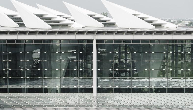 La Stazione ad alta velocità con pilastri cavi a Changhua di Kris Yao