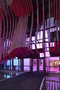 Lo Showpalast di GRAFT Architekten in legno e vetro