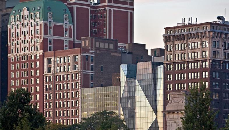 Vetro e acciaio per la facciata dello Spertus Institute di Krueck & Sexton