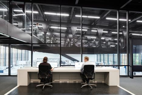 Smart factory realizzata in acciaio e legno carbonizzato