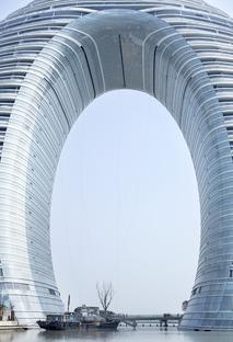 L'hotel ad anello, in cemento vetro e alluminio, dello Sheraton di MAD