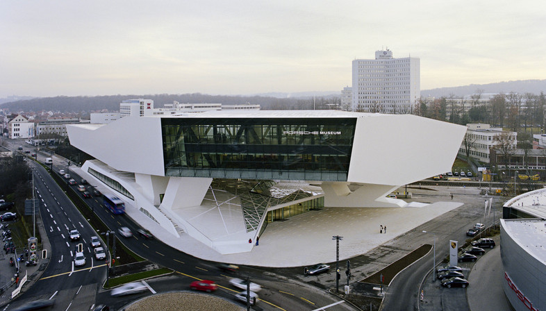Il Porsche museum di Stoccarda in acciaio e cemento di Delugan Meissl