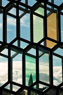 Facciata tridimensionale in acciaio e vetro dell'HARPA di Reykjavik