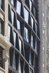 Edificio a Manhattan in cemento nero e vetro di OMA