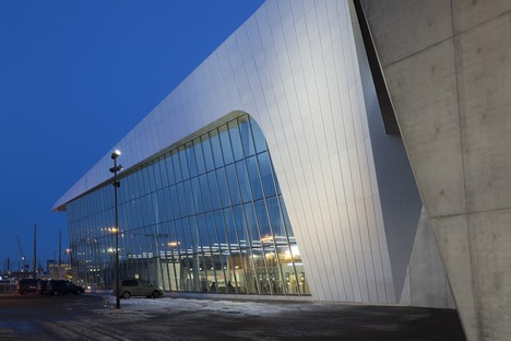 West terminal station in acciaio e cemento di PES architects a Helsinki