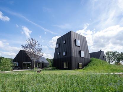 Una fattoria olandese in alluminio e legno di Mecanoo