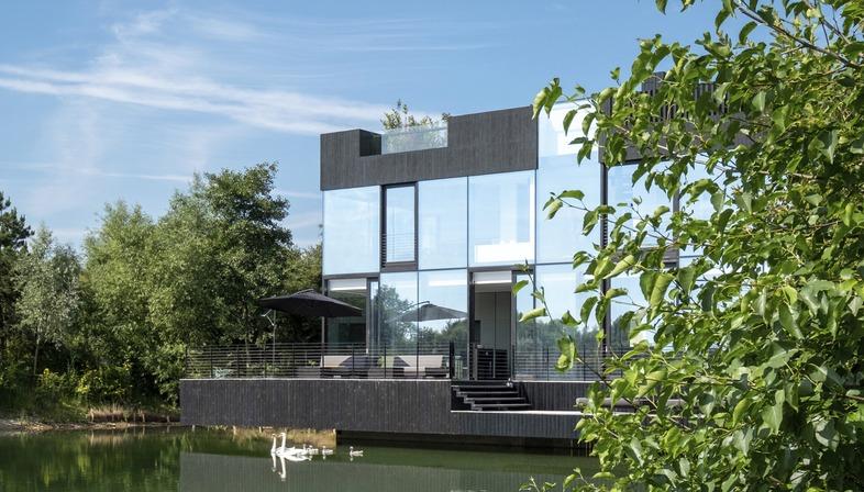 La villa in acciaio e vetro, su pali, di Mecanoo