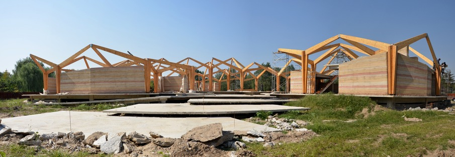Forest building in lamellare, terra e cemento di TAO