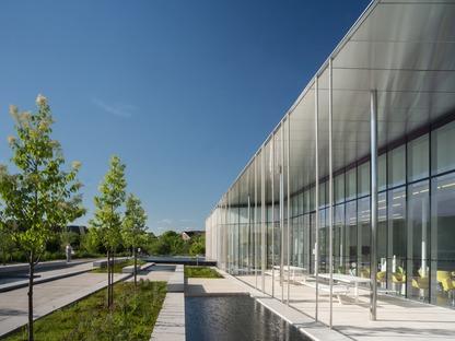 Facciata in vetro con elementi fotosensibili per la biblioteca Springdale di RDHA