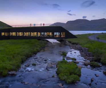 Un Municipio a ponte sul fiume di Henning Larsen in cemento e legno