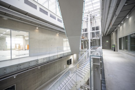 Il Depot di MVRDV in cemento armato e facciata di specchi