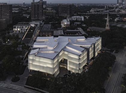 Il Nancy and Rich Kinder Museum con facciata in vetro e acrilico multistrato