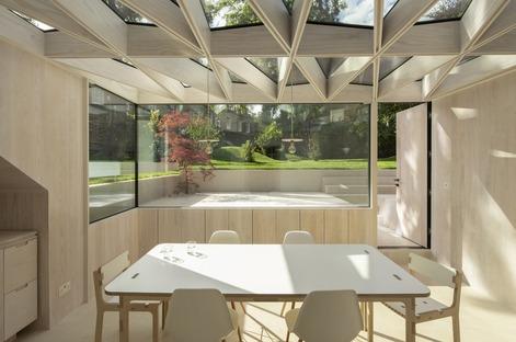 Un gioiello da giardino in legno e vetro di Tsuruta Architects