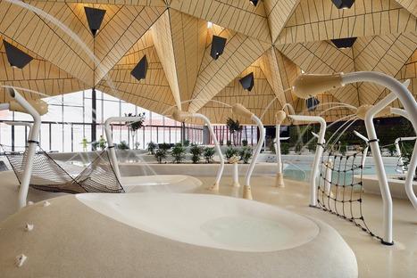 Piscina coperta con struttura di acciaio e alluminio di Enota architects