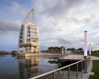 Una Torre di GWWO a Port Canaveral dalla facciata in vernice iridescente