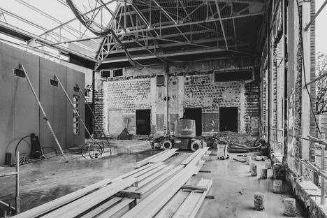 Ristrutturazione e ampliamento in cemento prefabbricato con facciata in alluminio microforato