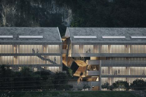 Un edificio in cemento e mattoni di cemento di Vector architects