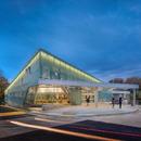 Una facciata traslucente al neon per la biblioteca di Carrollton