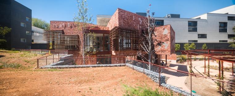 Un edificio di mattoni e legno di EMBT per il Centro Kàlida