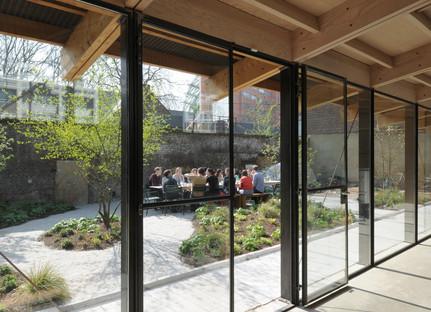 Waterloo City Farm, un progetto di Feilden Fowles in legno e lamiera