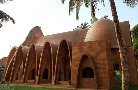 Chiesa con archi di catenaria in mattoni di terra cruda di Wallmakers